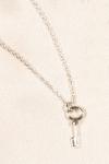 Chaîne de cheville Clef d'Amour argent - Une fine chaîne argentée à votre cheville qui tient enserrée une petite clef mystérieuse et délicate.