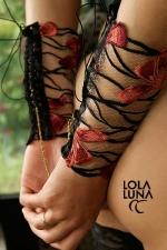 Menottes lingerie Gaia - Des manchettes de tulle brod�es d'un motif floral flamboyant, � relier par une chaine dor�e. Un lien tout en charme et en finesse.