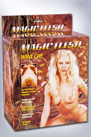 Cette poupée dotée d'un vagin ultra réaliste reproduit fidèlement le corps d'une jeune blonde à forte poitrine.