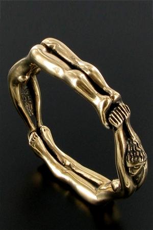 Un anneau taille xl composé de deux femmes enchainées, pour enserrer votre sexe prêt à exploser.