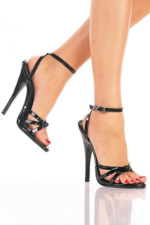 Sandales fines à brides en vynile, talon aiguille (vertigineux !)  de 15 cm.
