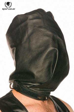 Cagoule en cuir noir, opaque et coupée à la manière d'un sac pour faire monter la pression.