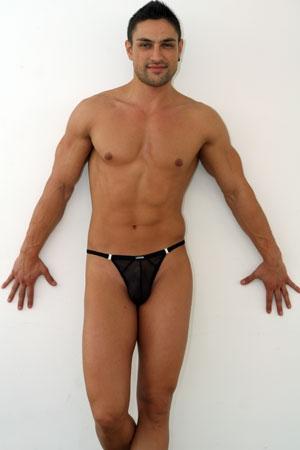 Le string stripper s'offre la fantaisie d'un tulle léger et transparent... définitivement sexy !