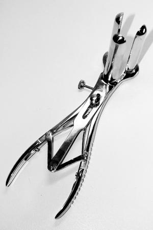 Très beau spéculum anal avec trois branches en acier chirurgical pour des examens approfondis...