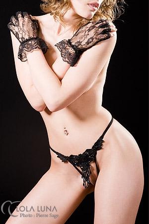 String ouvert PO noir : Une grappe de perles ondule d�licatement sur votre pubis nu, pagne de d�sir.