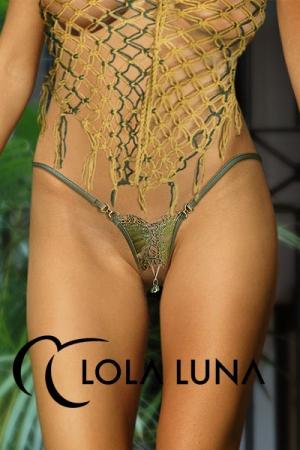 String ouvert en soie brodée, décoré d'un bijou coquin et de deux maillons dorés incrustés d'un cristal en harmonie.