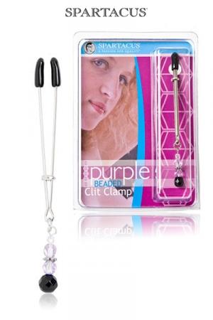 Pince intime pour le Clitoris, ajustable et no-piercing, orné d'un pendentif de perles pourpres.