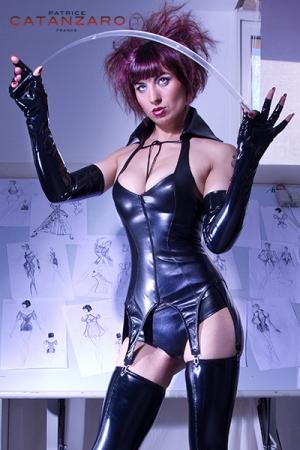 Gu�pi�re faux cuir Livine : Magnifique gu�pi�re 6 jarretelles aspect faux cuir, une tenue fetish que vous exhiberez sans retenue.