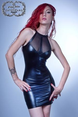Robe Maitika : Robe fourreau ultra moulante et sexy, la f�minit� incarn�e en wetlook laqu� et r�sille.
